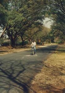13年4月用ジンバブエ滞在記写真自転車に乗ったゲーリー